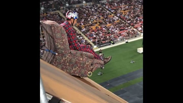 Зрелищный прыжок с трамплина на кресле
