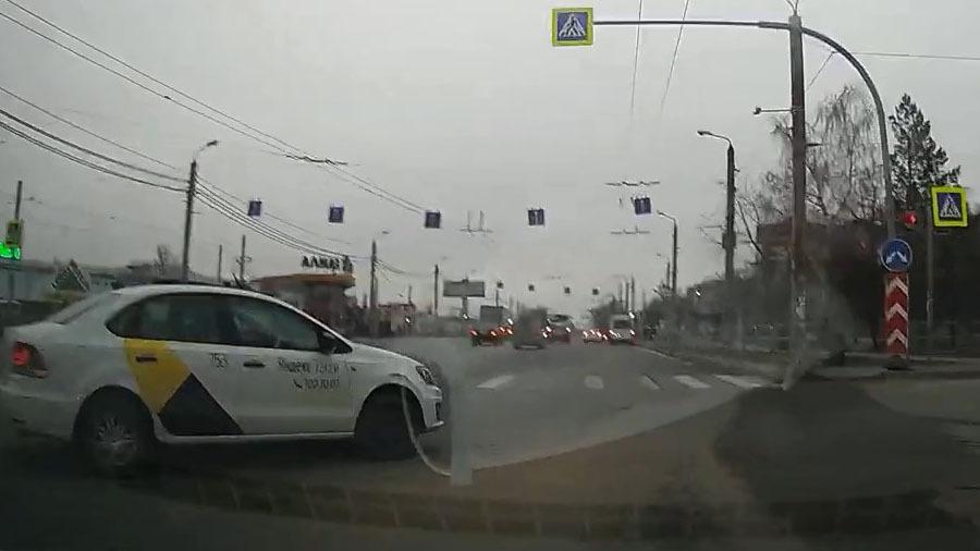 Отчаянная попытка таксиста повернуть направо