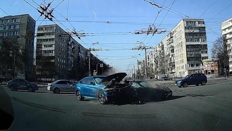 Авария дня. В Петербурге женщина устроила ДТП и сама пострадала