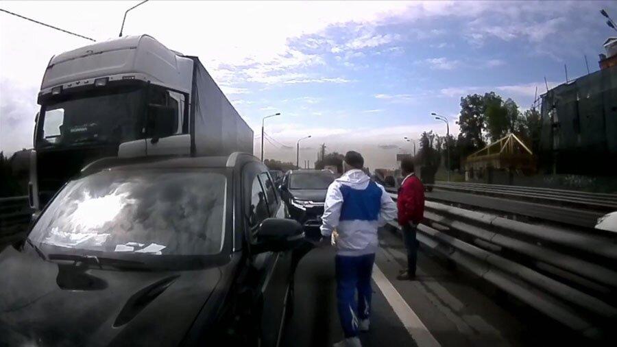 Проныра на Mitsubishi устроил массовое ДТП, пытаясь быть быстрее всех в пробке
