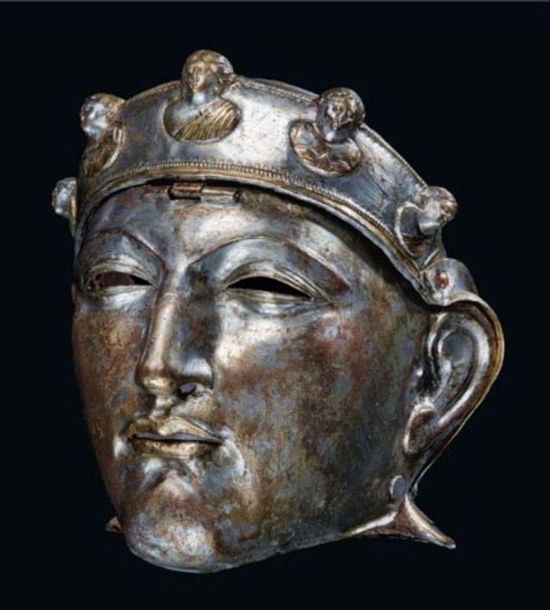 Рыцарские шлемы в виде мужских лиц