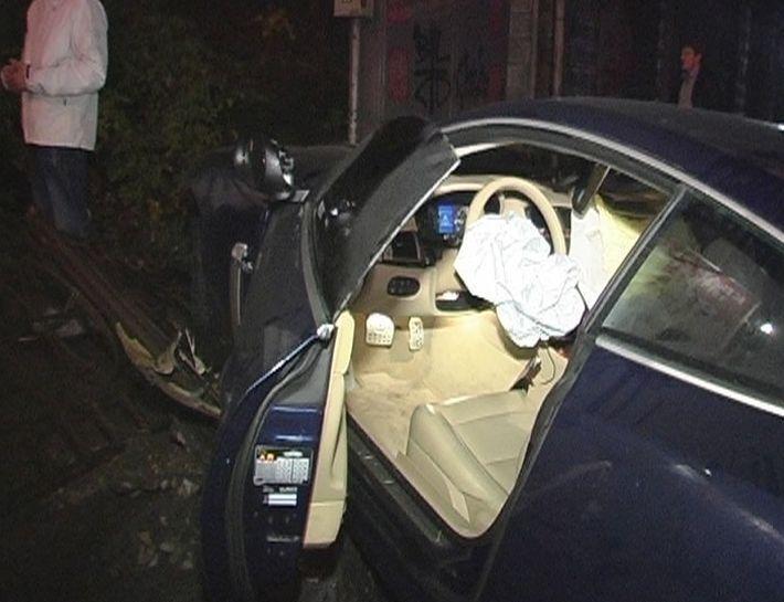 В Киеве Jaguar на бешеной скорости влетел в забор