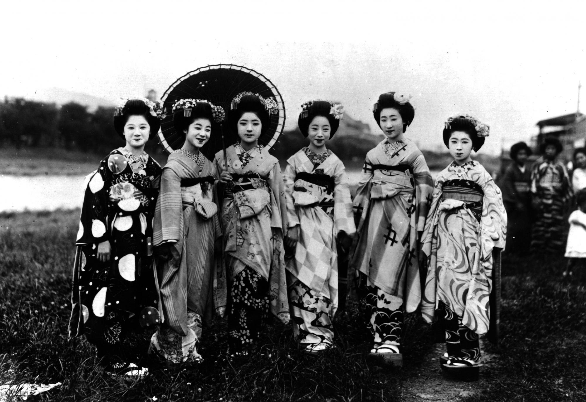 Исторические фотографии гейш и их учениц