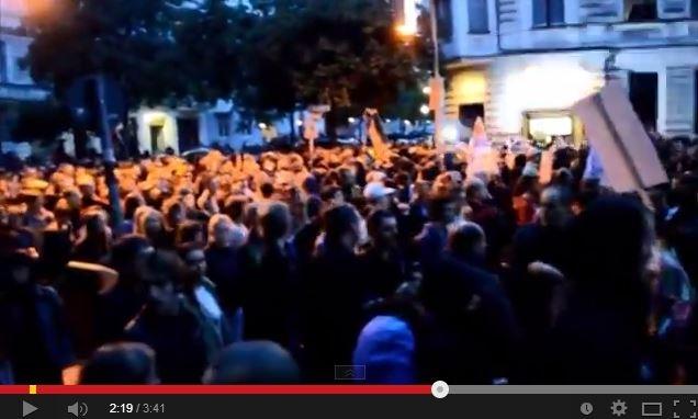 Десятки тысяч людей на улицах Берлина поют гимн СССР