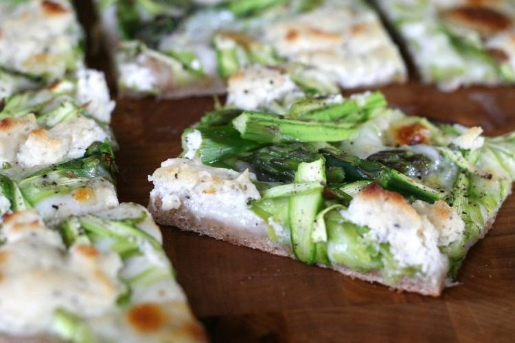 Рецепт. Пицца со спаржей и сыром