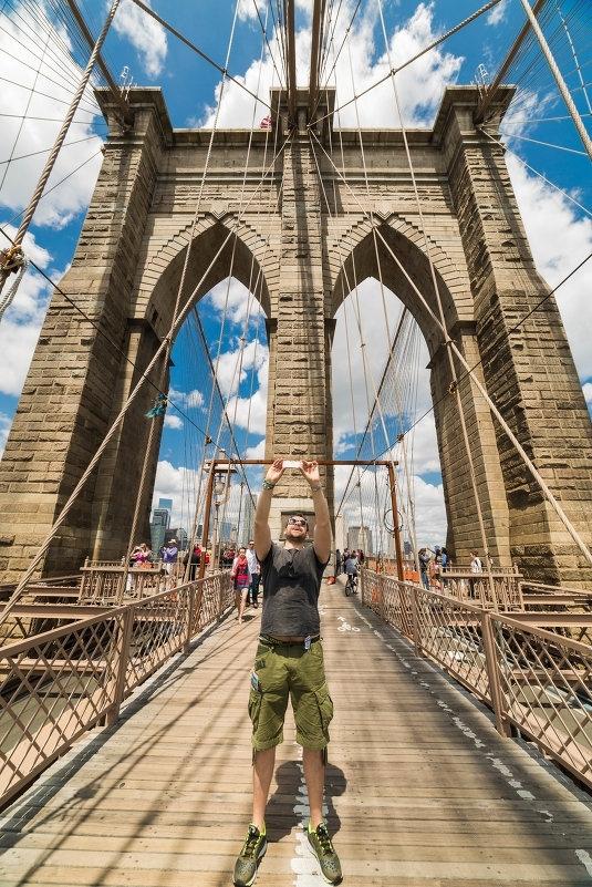 Россиянин, сделавший селфи на Бруклинском мосту, теперь будет его мыть