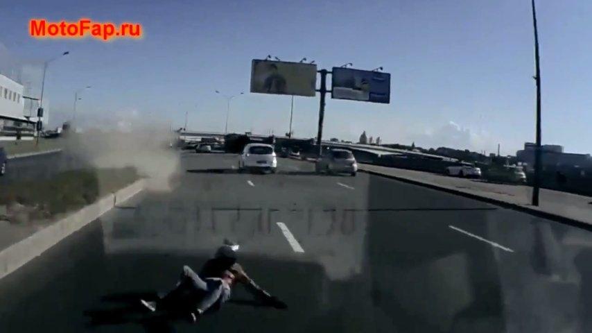 Мотоциклистку вытолкнули на встречку под автобус