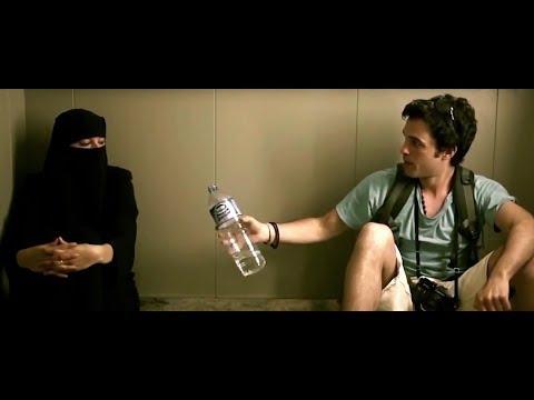 Однажды застряли в лифте христианин и мусульманка.