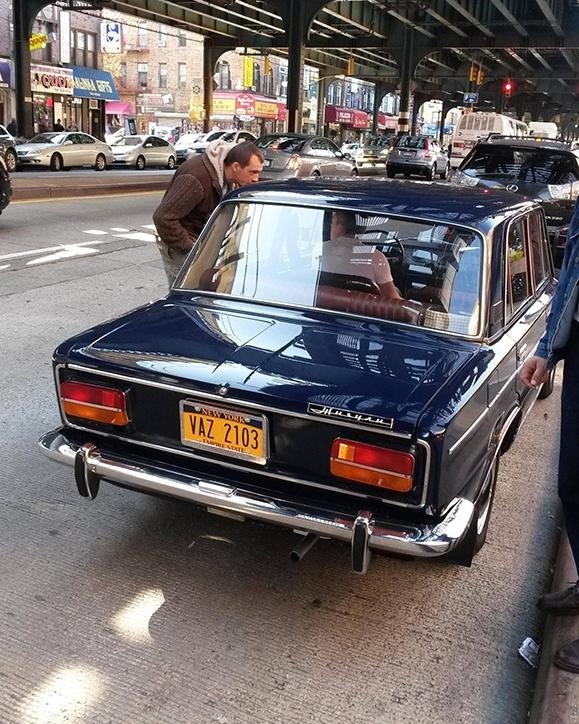 ВАЗ 2103 в Бруклине собирает толпы зевак
