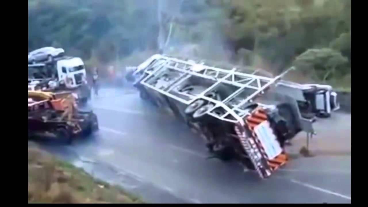 Перевернувшийся автовоз пытались поставить на колеса