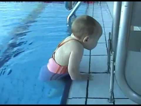 Отважная малышка учится плавать