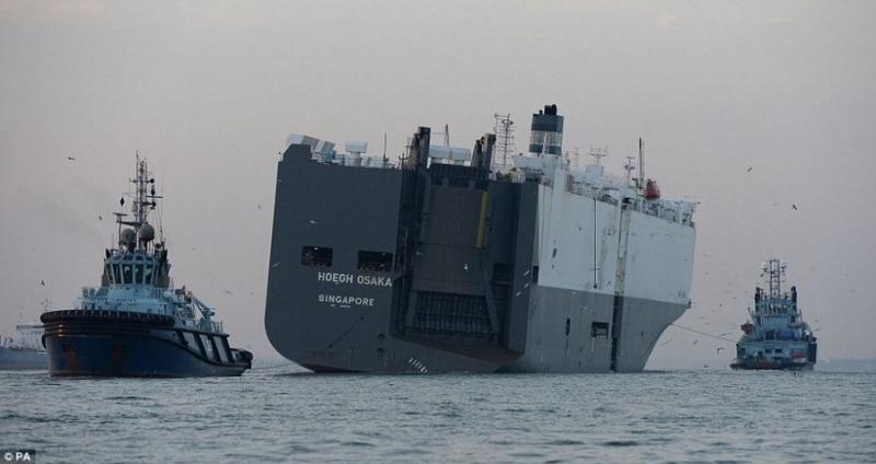 """Корабль-автовоз """"Hoegh Osaka"""" отбуксирован в порт Саутгемптон"""