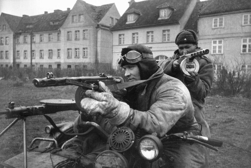 Советские солдаты ведут бой с мотоцикла Harley-Davidson WLA 42
