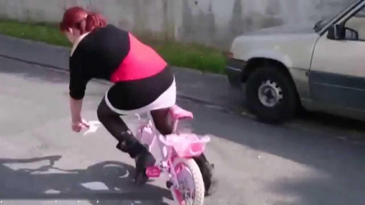 Взрослая девушка на детском велосипеде