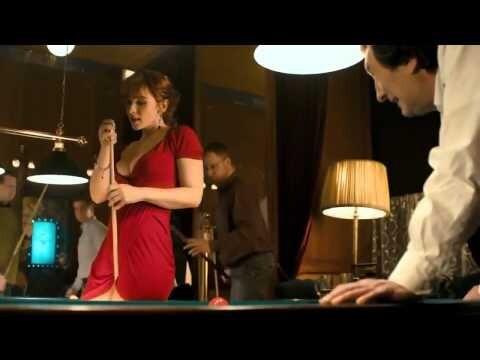 Девушка без трусиков играет в бильярд