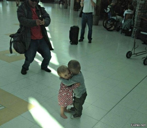 Эти два малыша, которые никогда раньше не встречались, просто решили обняться...