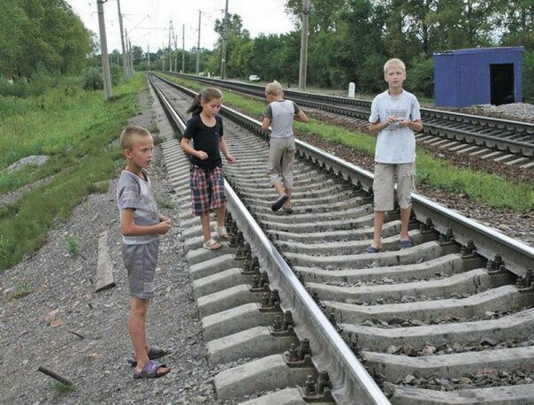 Машинист остановил поезд в метре от играющего на путях ребенка