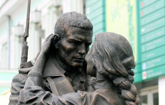 Памятник «Прощание славянки» на Белорусском вокзале в Москве