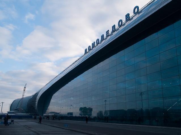 Грузчики в Домодедово подменили более $3,3 млн дол