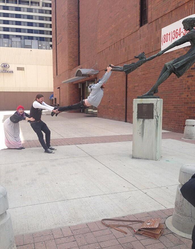 Как весело сфотографироваться с памятником или скульптурой