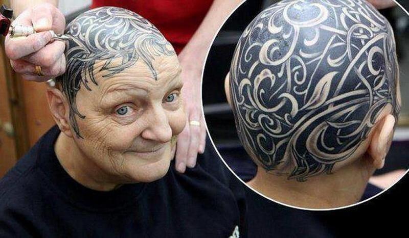 На ее голове вместо волос красуется большая татуировка