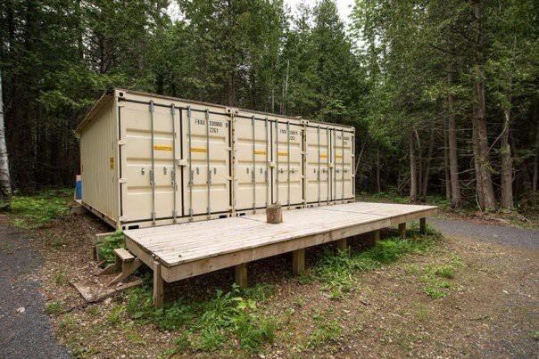 Бюджетное мужское жилище в лесу