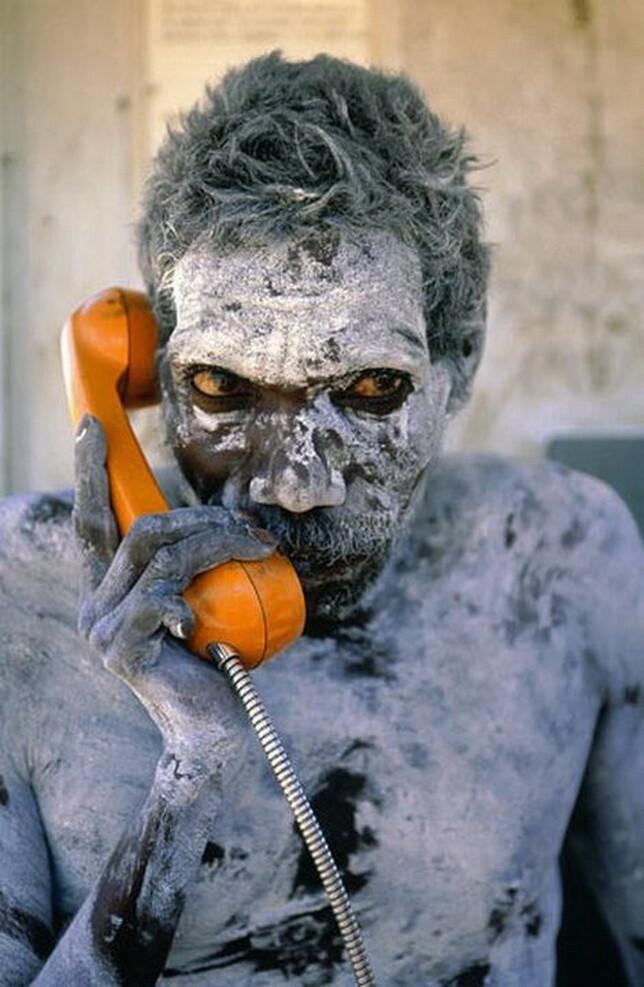 Абориген пользуется телефоном впервые
