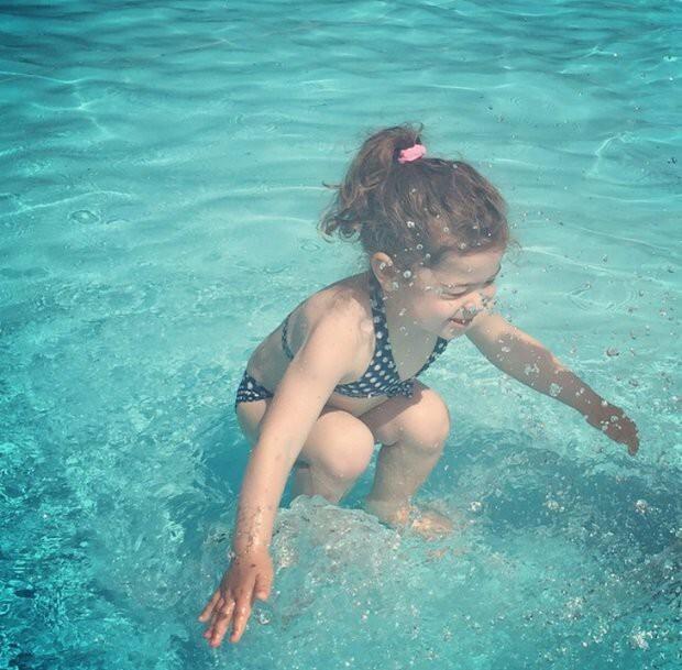 Новая загадка: девочка под водой или нет?