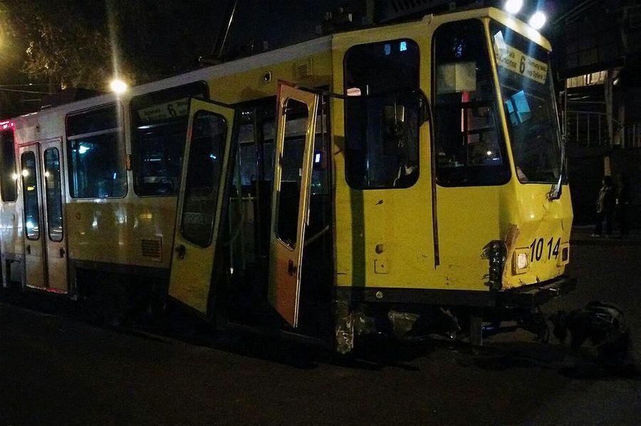 В Алматы трамвай протаранил 14 автомобилей