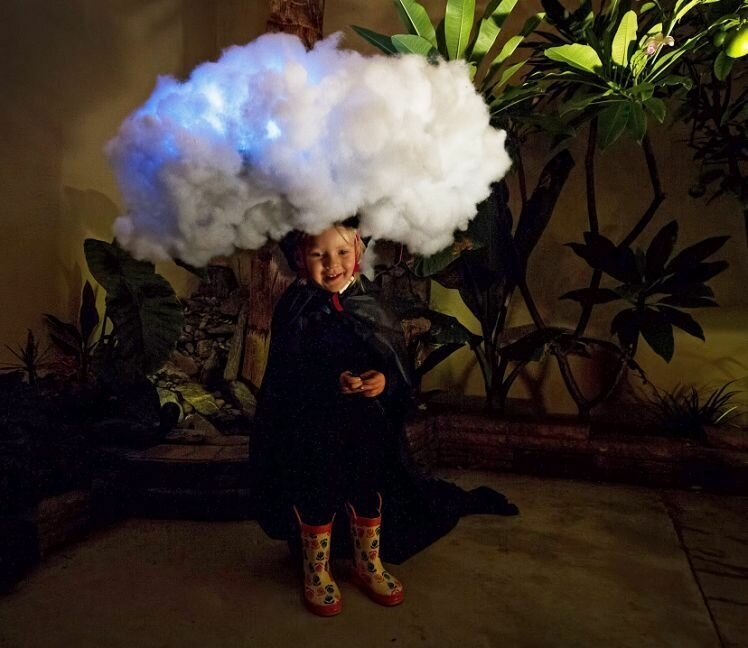Папа сделал для дочки костюм в виде тучи, из которой идет реальный дождь!