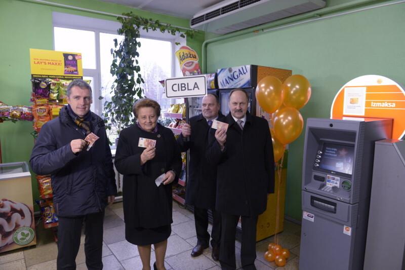 Премьер-министр Латвии открыла... банкомат!