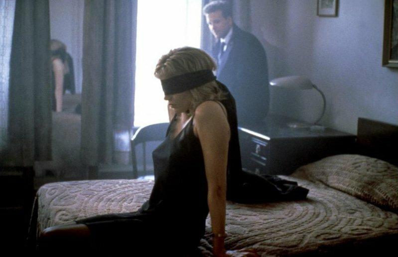 12 скучных фильмов, которые пересматривают только из-за обнаженки (13 фото)