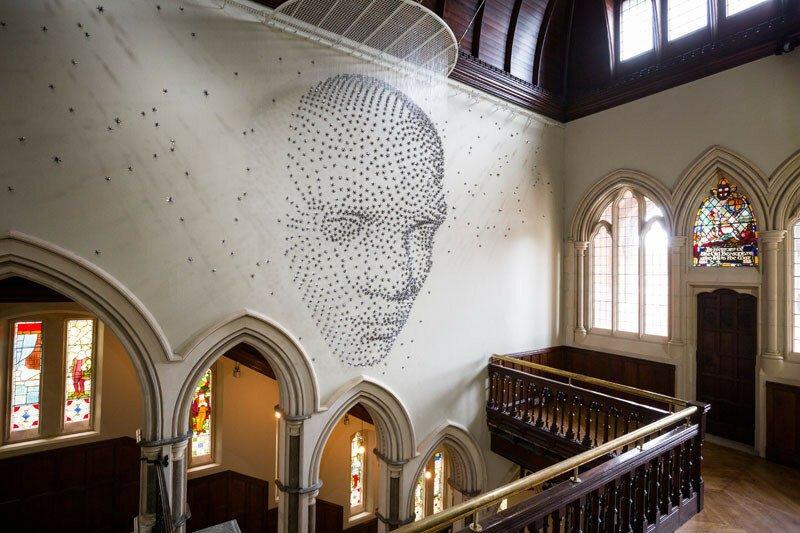 Фантастическая инсталляция: художник сделал 3D изображение из металлических звёзд