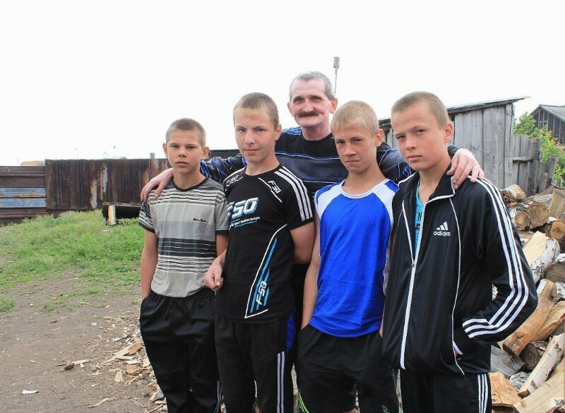Мужчину, воспитавшего 55 детей, могут оставить без приемных сыновей