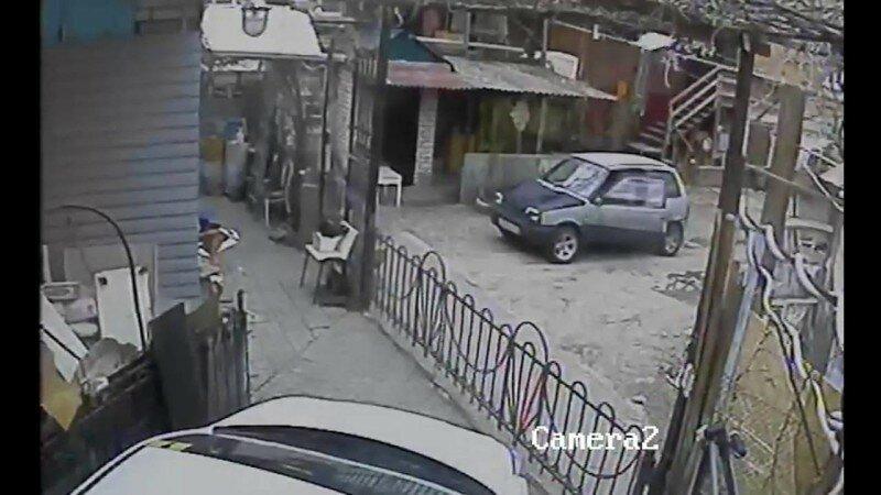 Мужик вышел с авто и тут машину накрыло , родился в рубашке