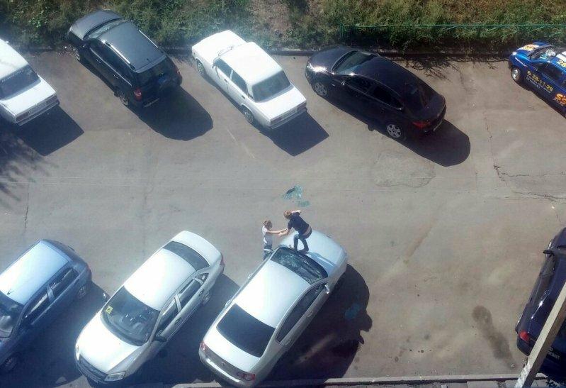 Девушки разбили лобовое стекло машины, чтобы выбраться на свободу