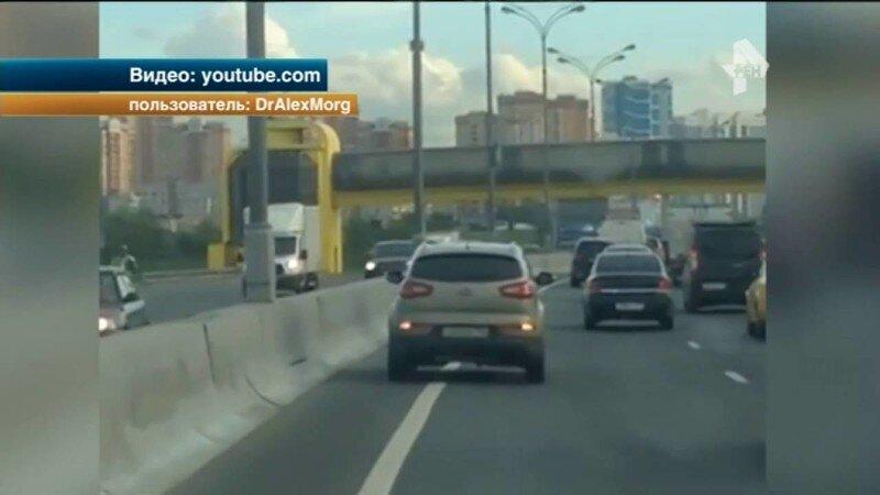 Автомобиль ГИБДД сопровождал в пробке знакомого на кроссовере