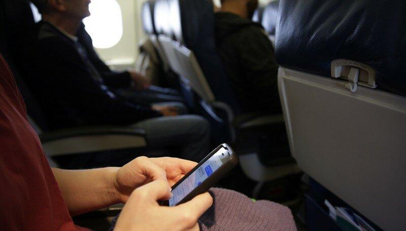 Авиакомпании объяснили, почему нельзя самостоятельно искать упавший в самолете телефон