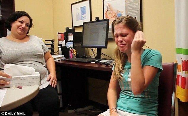 Услышать эмоции: 14-летняя слабослышащая девочка расплакалась, впервые в жизни услышав голос матери