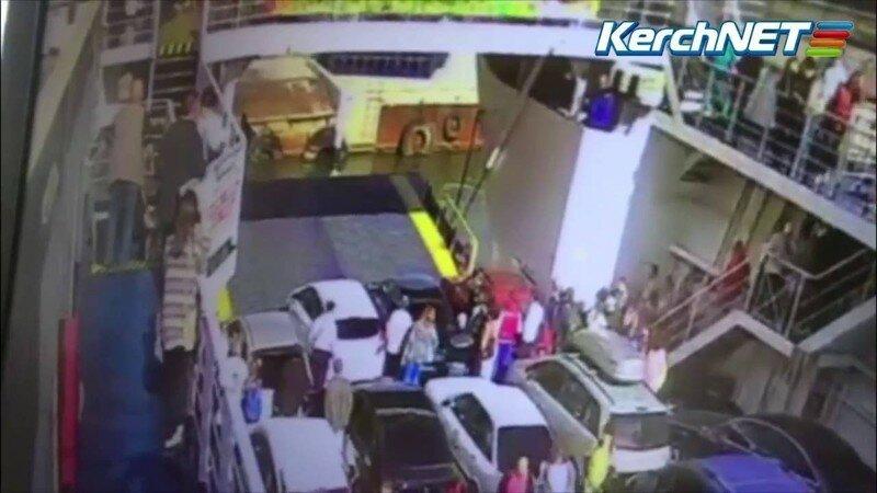 В Крыму с парома в море упал автомобиль LADA Priora
