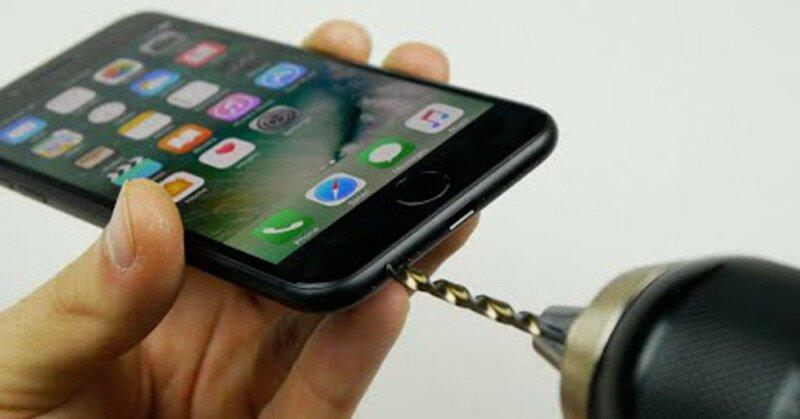 Владельцы iPhone 7 повелись на розыгрыш и просверлили в новых телефонах дырку для наушников