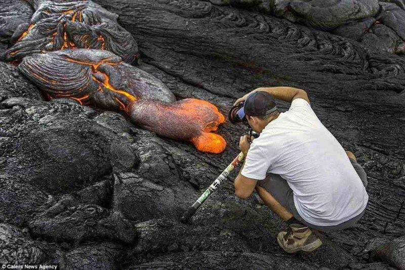 Фотографу одновременно удалось запечатлеть бегущую вулканическую лаву, Млечный Путь, метеорит и Луну