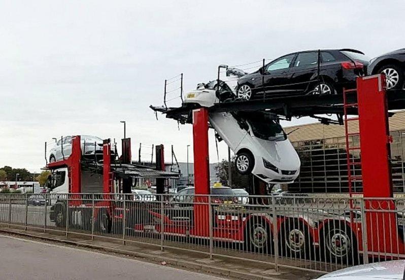 Автовоз зацепил пешеходный мост в Великобритании