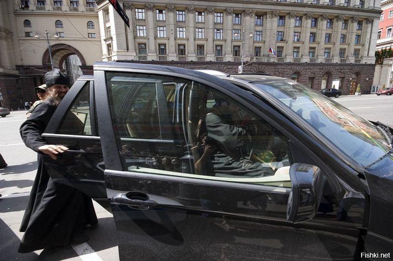 Садится батюшка в такси