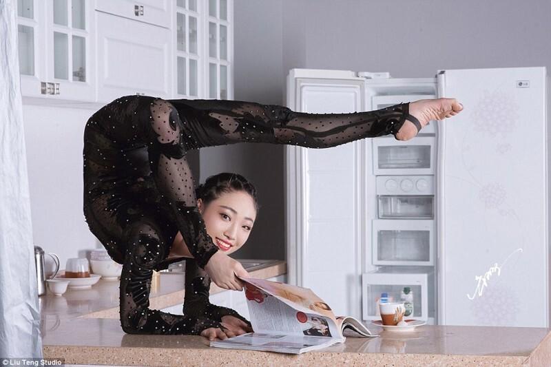 Чудеса гибкости на кухне и в офисе демонстрирует китайская королева пластики
