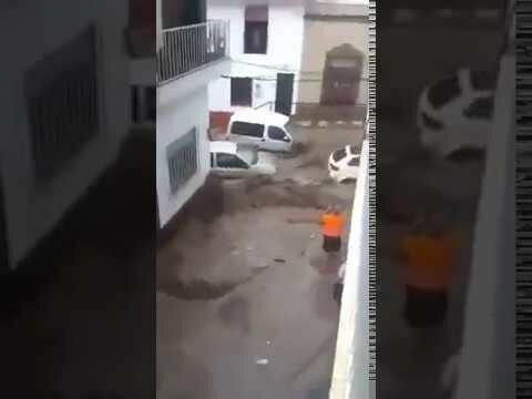 Плывут автомобили по улице! Испания 18,12,2016