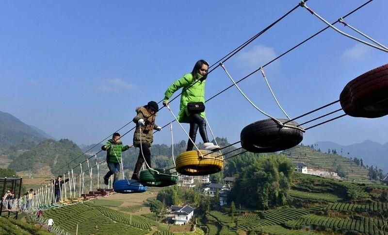 Канатная дорога для смелых в китайском парке