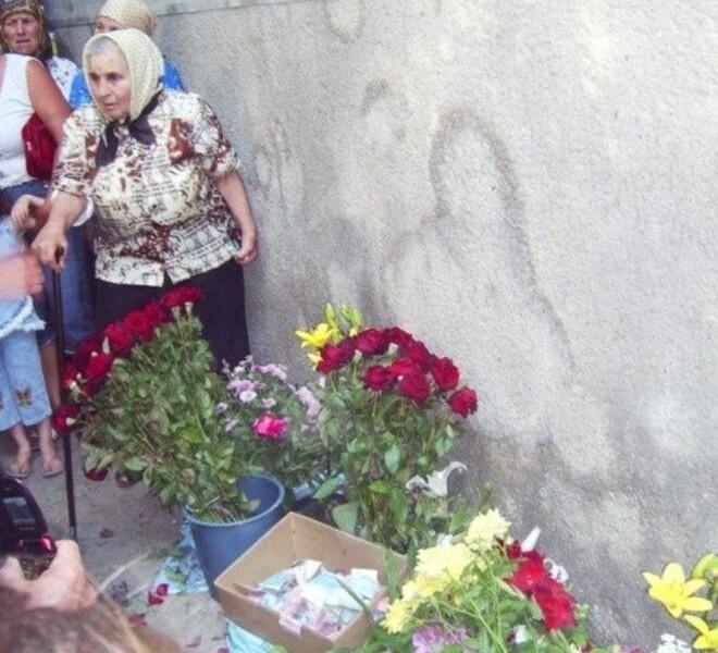 Селяне приняли за святыню ссаные разводы на стене