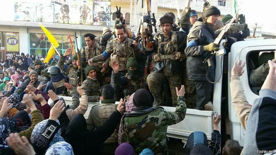 Жители населённого пункта Захра, провинции Алеппо встречают бойцов ВС и СНО САР
