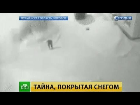 В Кировске камеры наблюдения сняли накрывшую прохожих лавину